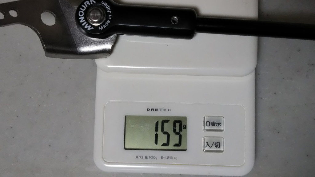 キックスタンド単体を量りに載せて重さを量った写真。159gを示している。